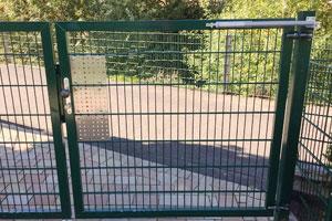 Ferme-portail dans un jardin d'enfants