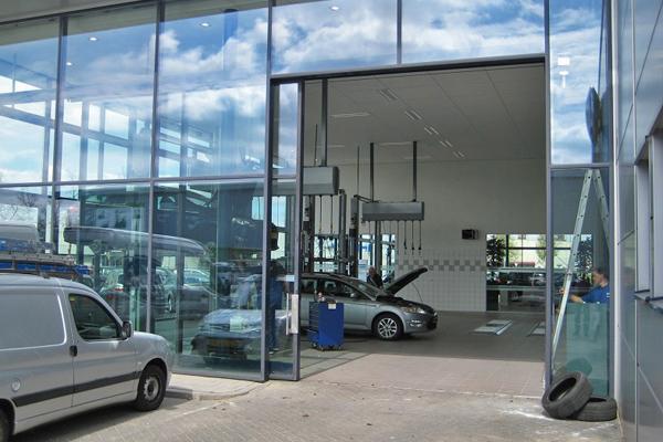 La motorisation DICTAMAT MultiMove automatise le portail de l'atelier